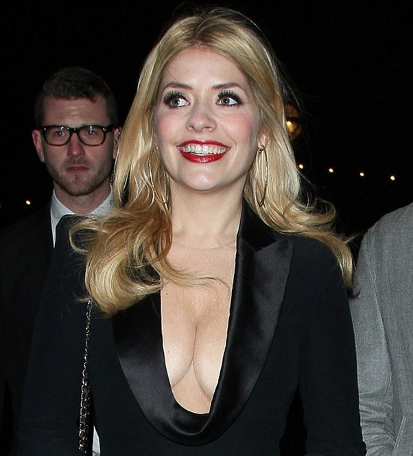 holly willoughby cup size